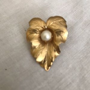Jewelry - Vintage pearl flower and pearl brooch
